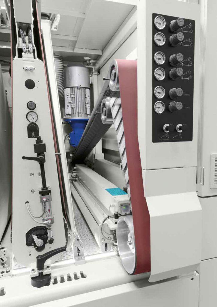 Равномерная шлифовка происходит благодаря шевронной опорной ленте, автоматический широколенточный калибровально-шлифовальный станок SCM (Италия), модель DMC SD 90 RT135